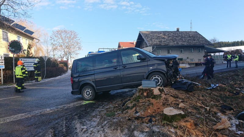 Verkehrsunfall Aufräumarbeiten B143